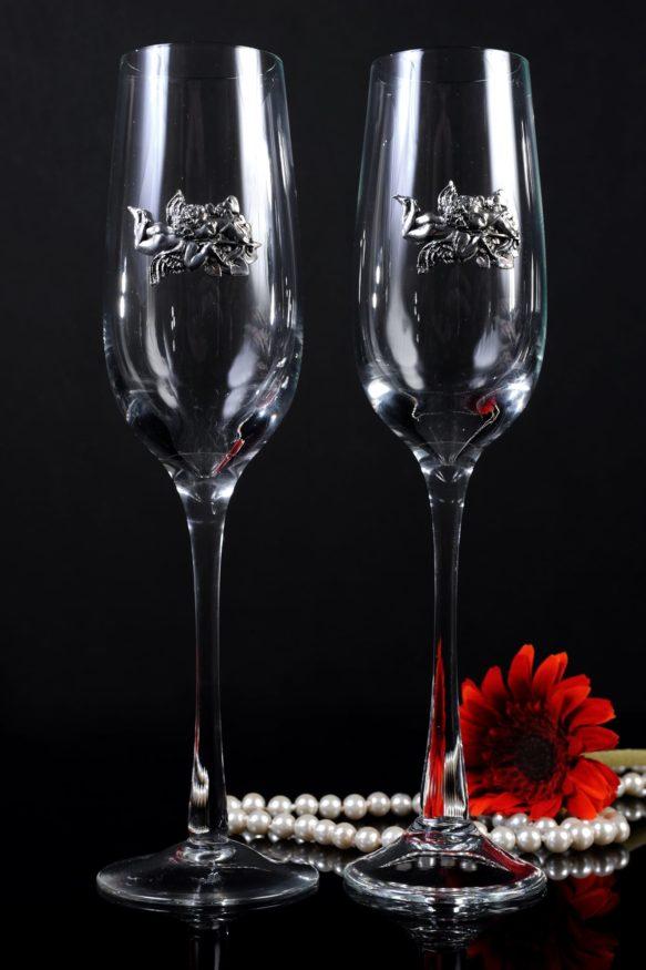 Свадебные бокалы из прозрачного стекла, украшенные серебристыми ангелами.
