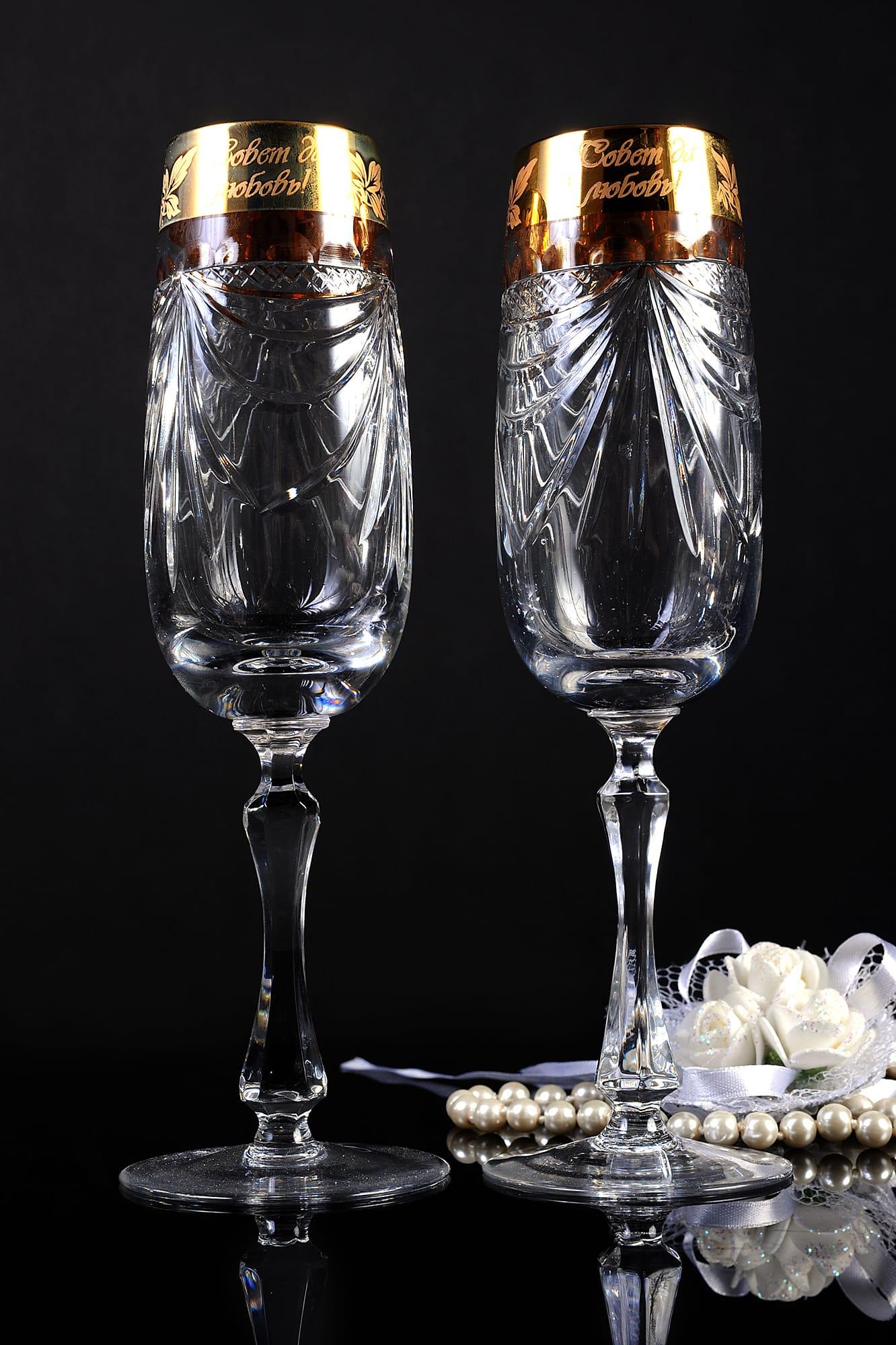 Хрустальные свадебные фужеры с золотистой отделкой по верхнему краю чаши.