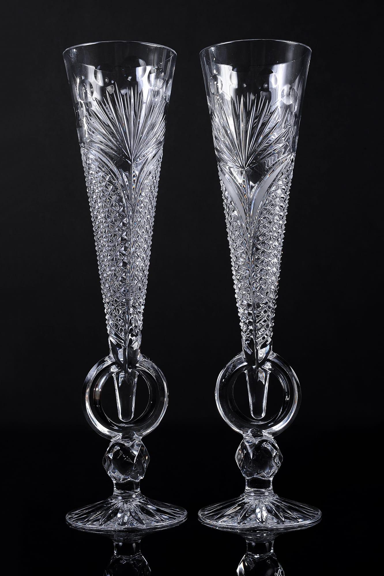 Изящные свадебные бокалы из прозрачного стекла, покрытого гравировкой.