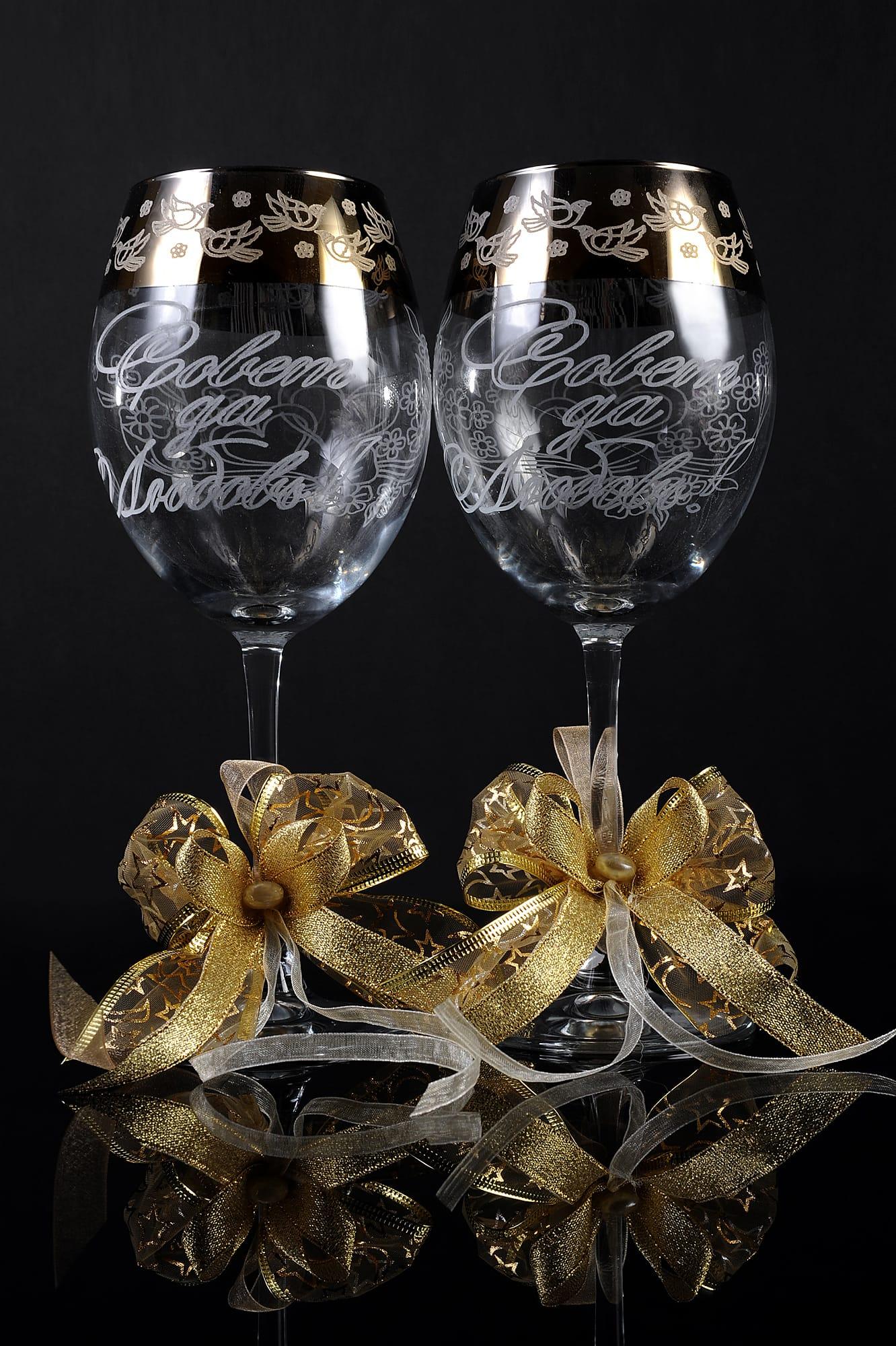 Элегантные свадебные бокалы с надписью «Совет да любовь» и золотистыми бантами.