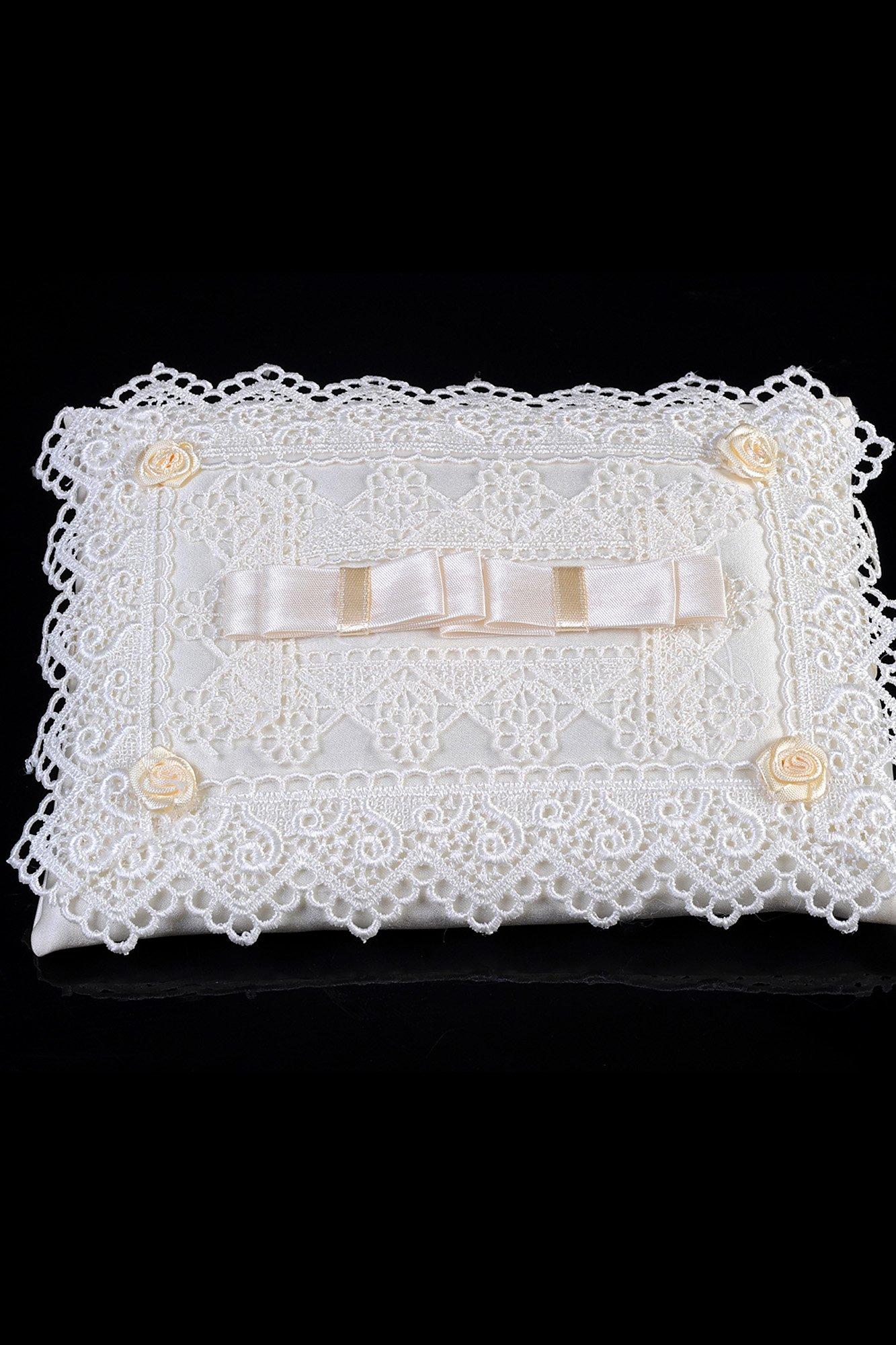 Нежная подушечка для колец, покрытая ажурной тесьмой и украшенная бантами из атласа.