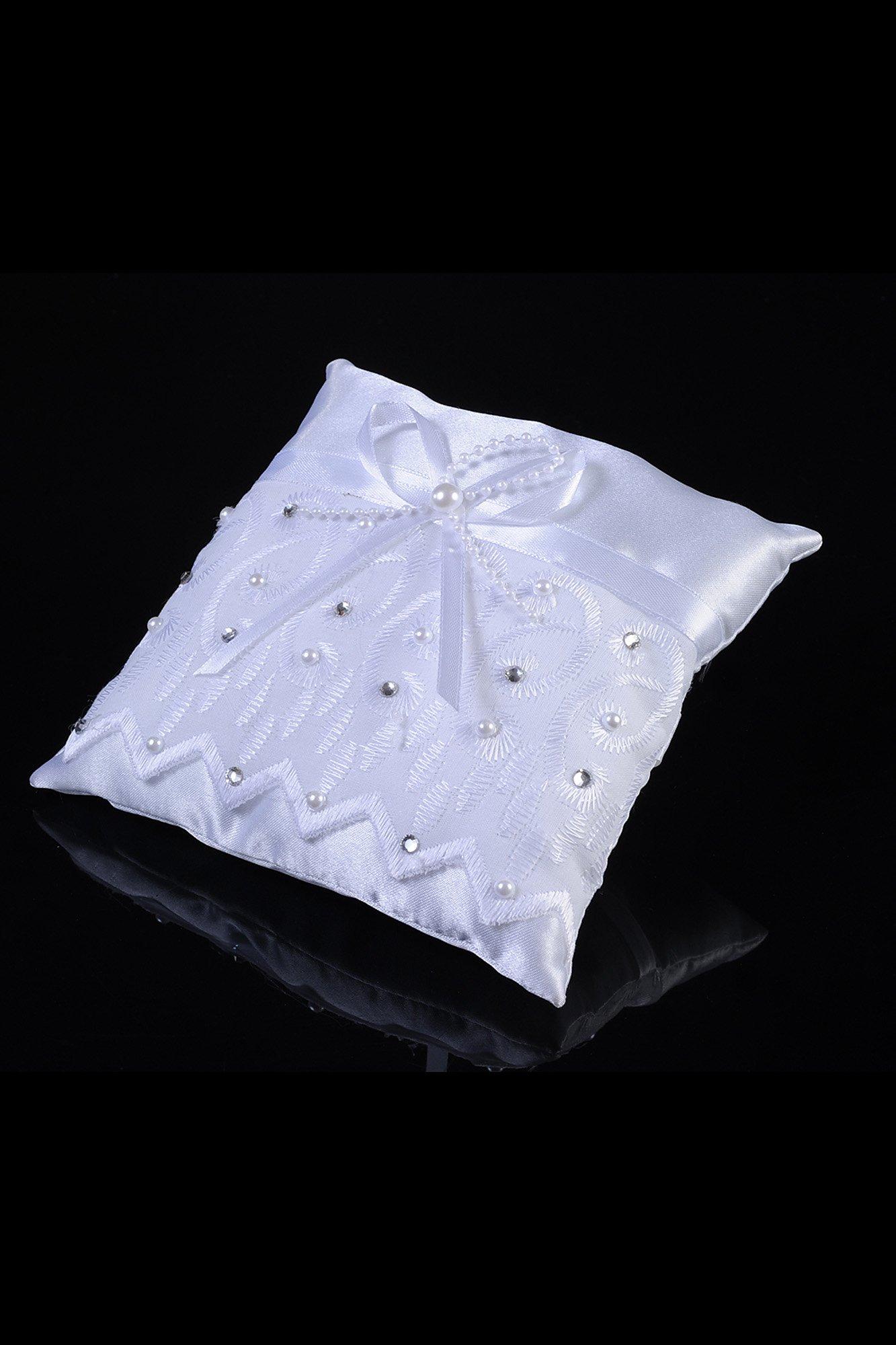 Лаконичная подушечка для колец из атласной ткани, украшенной стразами и вышивкой.