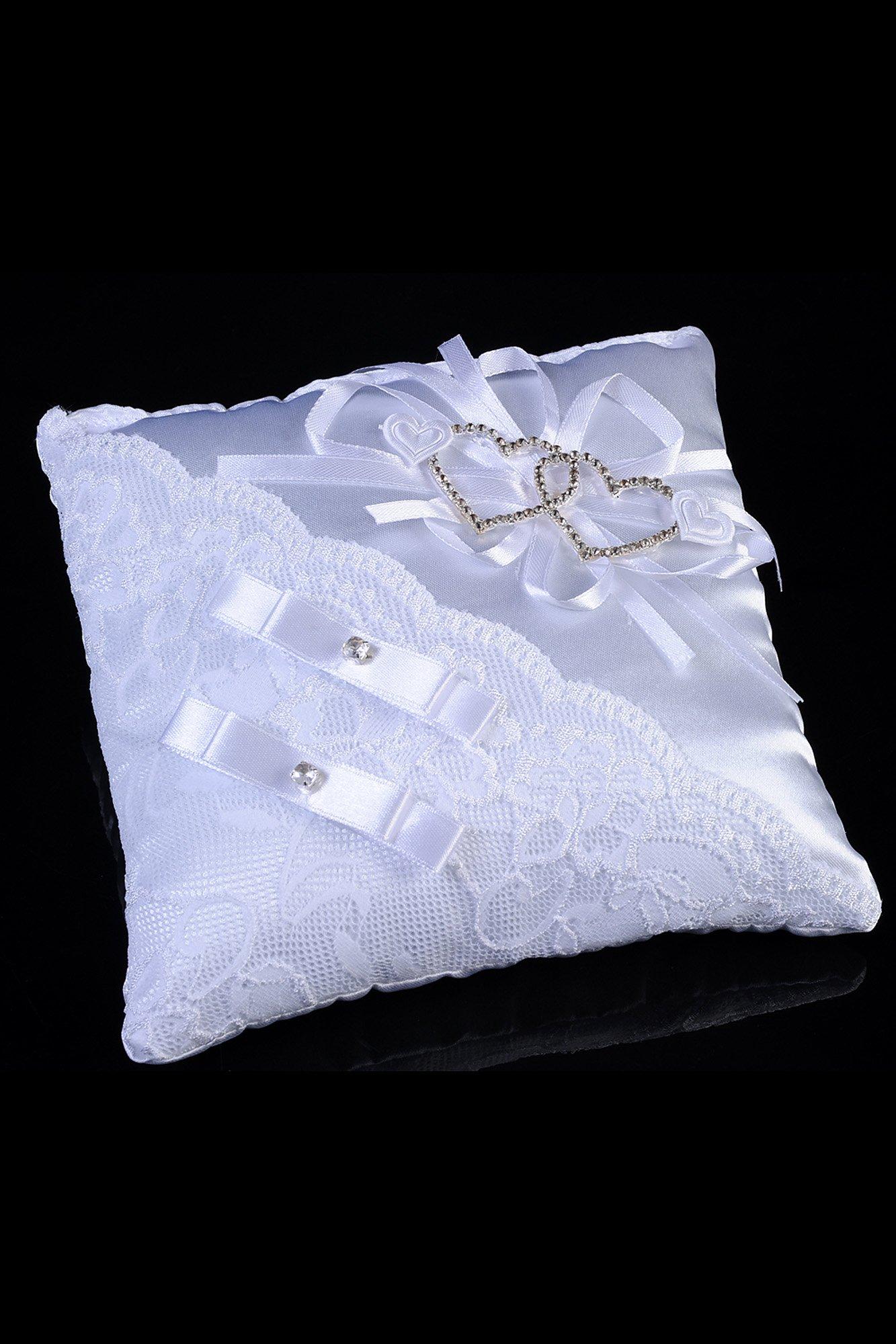 Атласная подушечка для колец, декорированная кружевом и золотистыми сердечками.
