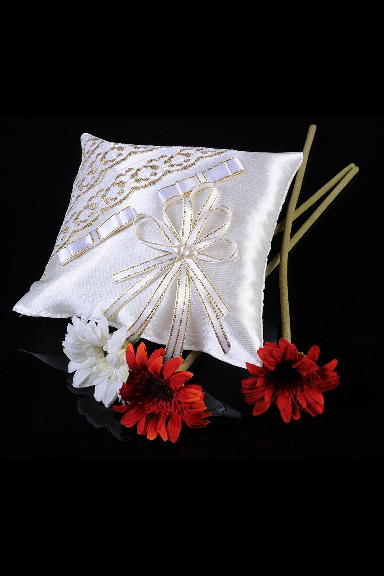 Лаконичная атласная подушечка для колец с декором золотистым кружевом.