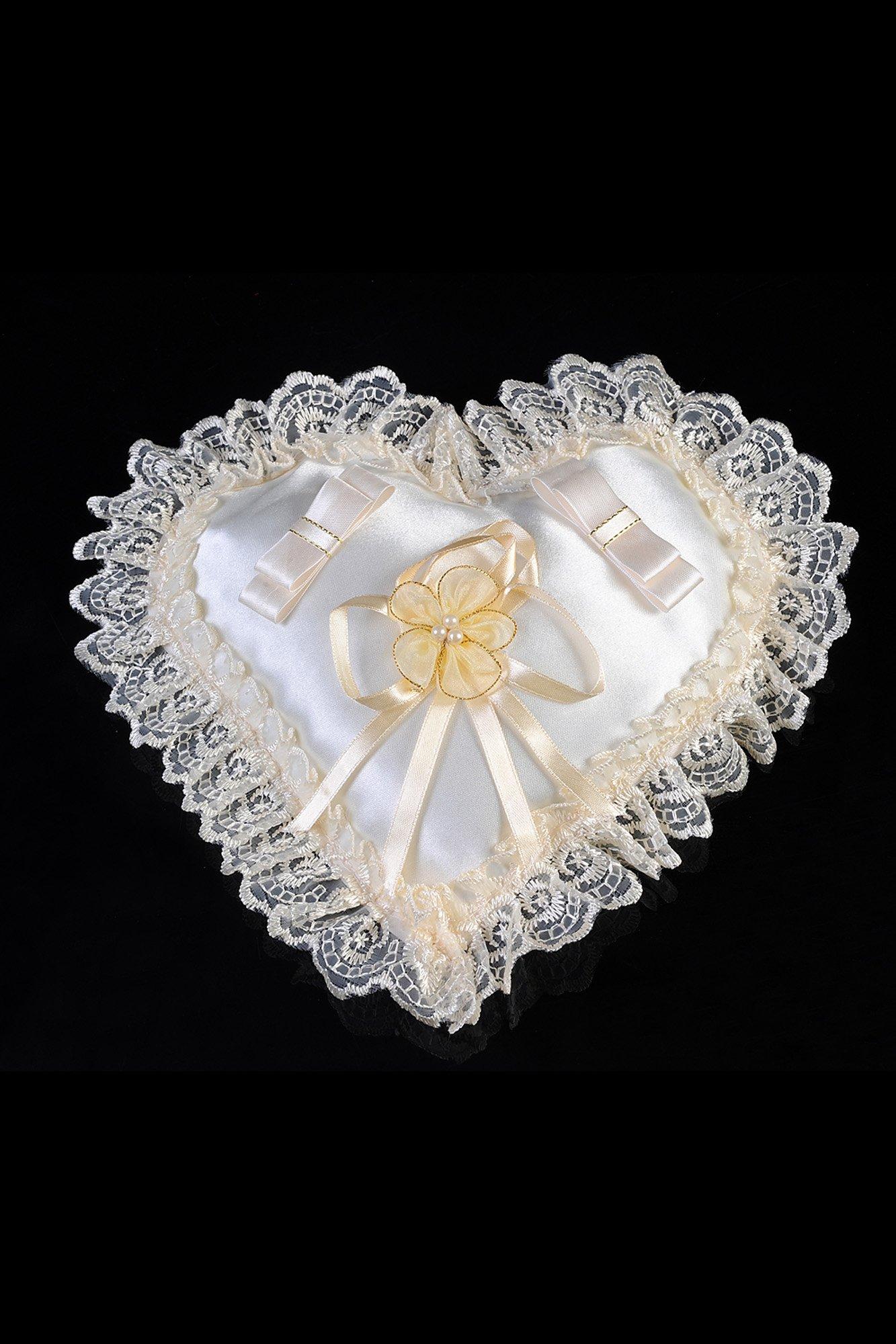 Атласная подушечка для колец в форме сердечка, украшенная кружевом по краю.