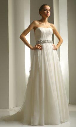 Свадебное платье в ампирном стиле с роскошной вышивкой на поясе и открытым верхом.