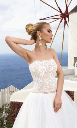 Роскошное свадебное платье с бежевым корсетом и белоснежной многослойной юбкой со шлейфом.
