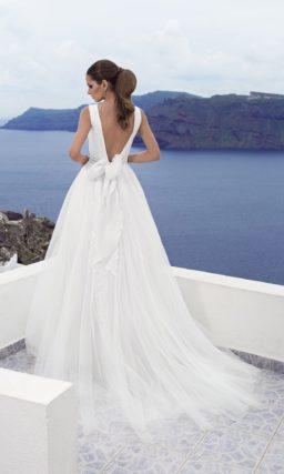 Свадебное платье с драматичным глубоким V-образным декольте и узким поясом на талии.