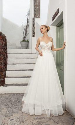 Свадебное платье с чувственным полупрозрачным корсетом и облегающей юбкой со шлейфом.