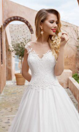 Свадебное платье «принцесса» с кружевным декором корсета и оригинальной спинкой.