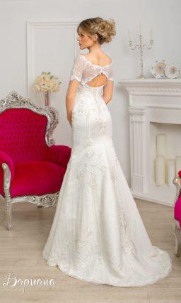 Классическое свадебное платье с широким округлым декольте и женственным шлейфом.
