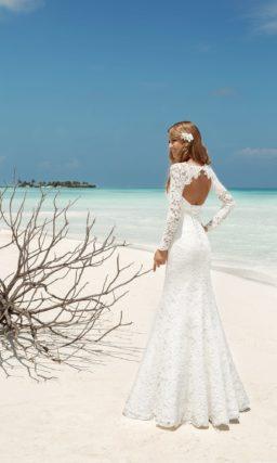 Соблазнительное свадебное платье, облегающее фигуру, от лифа до подола покрытое кружевом.