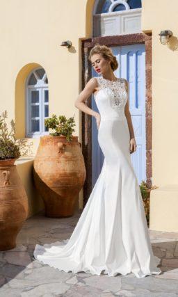 Облегающее свадебное платье «рыбка» с отделкой крупным кружевом по закрытому лифу.