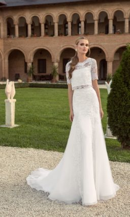 Оригинальное свадебное платье с укороченным топом, короткими кружевными рукавами и юбкой «рыбка».