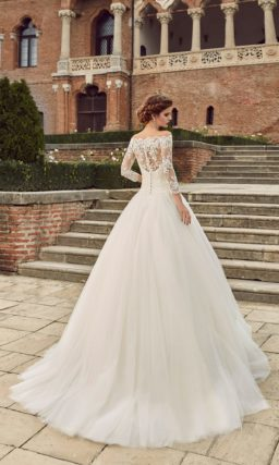 Свадебное платье с фигурным портретным декольте и рукавами длиной три четверти.
