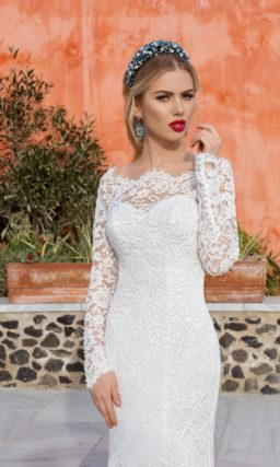 Кружевное свадебное платье «рыбка» с фигурным декольте, обнажающим плечи.