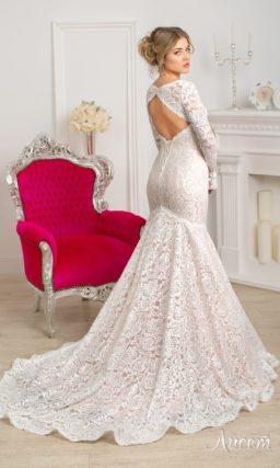 Кружевное свадебное платье с вырезом на спинке и оригинальной бежевой подкладкой.