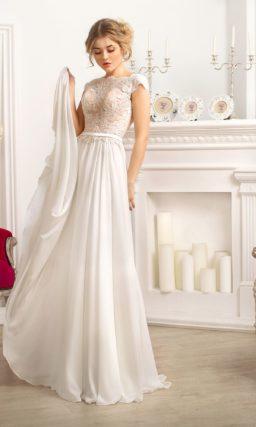 Прямое свадебное платье с бежевой подкладкой корсета и притягательным V-образным вырезом.