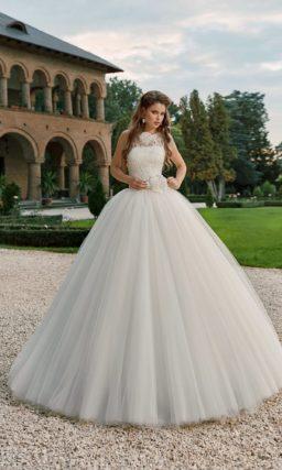 Роскошное свадебное платье с подчеркнуто пышной юбкой и кружевным лифом, украшенным бутоном.