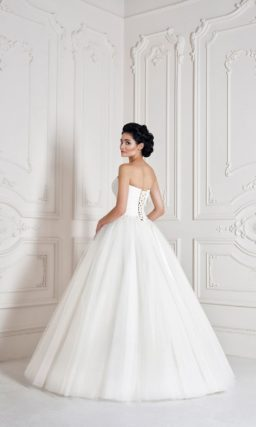 Свадебное платье с многослойной юбкой и лаконичным открытым корсетом с лифом в форме сердца.