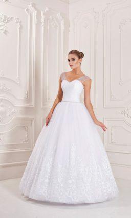 Пышное свадебное платье с кружевным декором низа подола и полупрозрачным верхом.