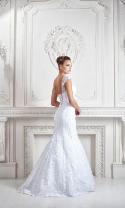 Облегающее свадебное платье «рыбка» с V-образным декольте сзади и закрытым лифом.