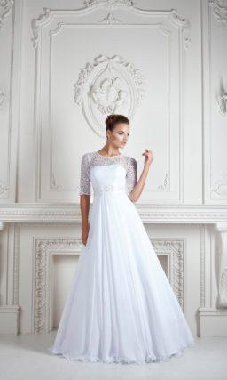 Изысканное свадебное платье с элегантной юбкой и кружевными рукавами длиной в три четверти.
