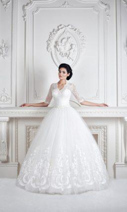 Прекрасное свадебное платье с пышным кроем, кружевной отделкой и V-образным вырезом.
