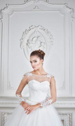 Роскошное свадебное платье с округлым декольте и длинными рукавами из прозрачной ткани.