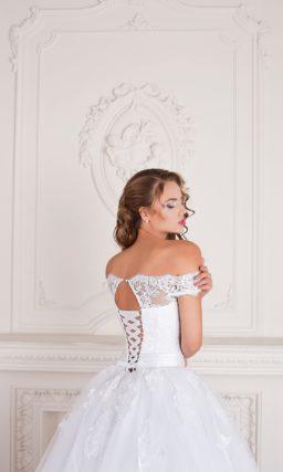 Свадебное платье «принцесса» с портретным вырезом и кружевными бретелями на предплечьях.