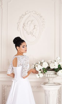 Изящное свадебное платье в греческом стиле, с длинными рукавами из плотного кружева.