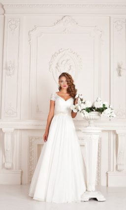 Свадебное платье с открытой спинкой и V-образным декольте, дополненным коротким рукавом.