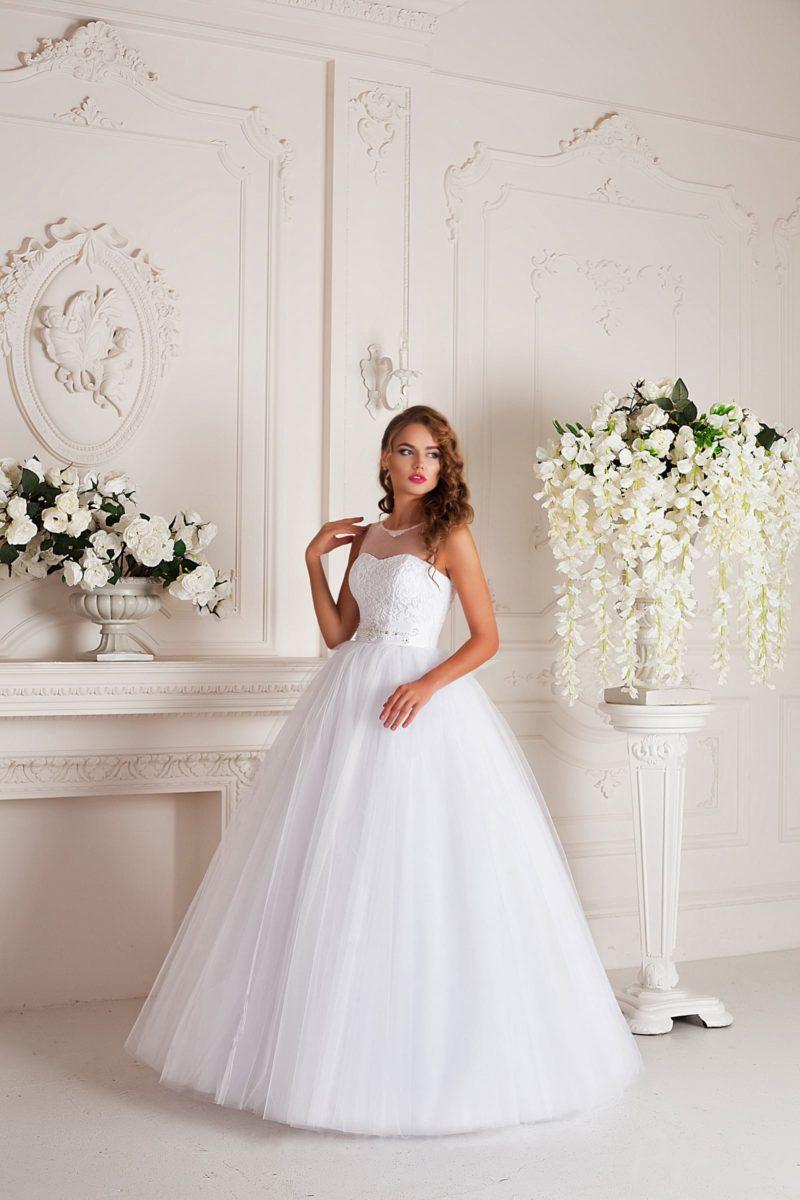 Элегантное свадебное платье пышного кроя с фактурным корсетом, оформленным тонкой тканью.