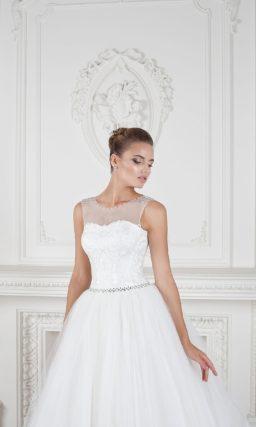 Торжественное свадебное платье с крупным кружевным декором по пышной юбке и закрытым верхом.