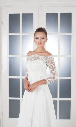 Ампирное свадебное платье с лаконичным поясом и фигурным портретным вырезом, открывающим плечи.