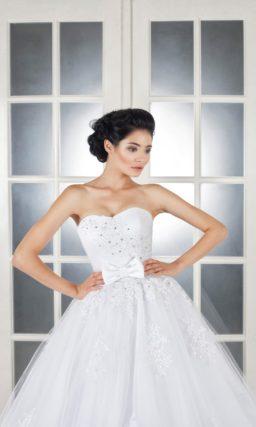 Великолепное свадебное платье с открытым корсетом и поясом, декорированным бантом.