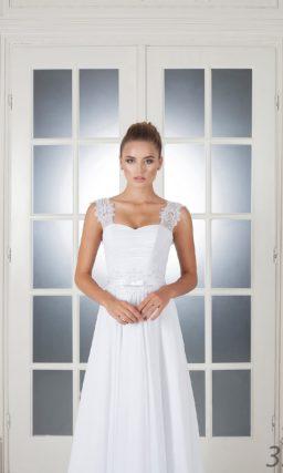 Свадебное платье лаконичного кроя, с фигурными кружевными бретелями и атласным поясом.