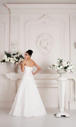 Свадебное платье «принцесса», декорированное драпировками и элегантной бисерной вышивкой.