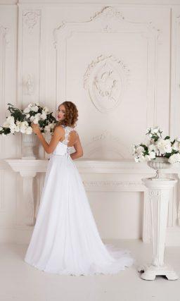 Лаконичное свадебное платье с торжественным шлейфом и нежным кружевом над лифом.