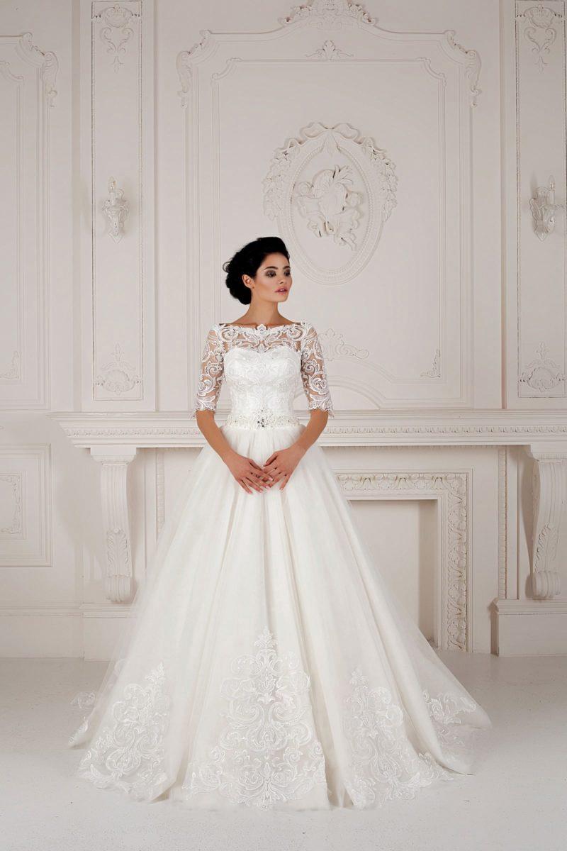 Шикарное свадебное платье А-силуэта с длинными кружевными рукавами и элегантным декольте.