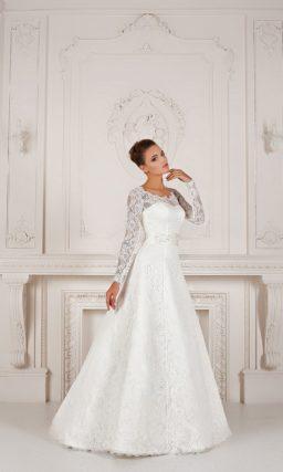 Свадебное платье «трапеция» с закрытым кружевным верхом и широким атласным поясом.