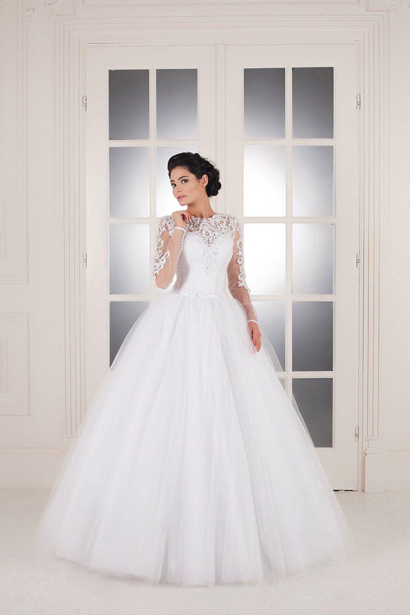 Пышное свадебное платье с кружевным верхом, облегающими рукавами и вырезом на спинке.