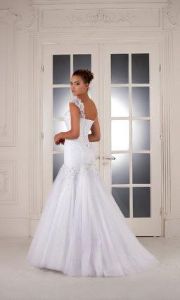 Свадебное платье «русалка» с широкими кружевными бретелями и вышивкой по корсету.