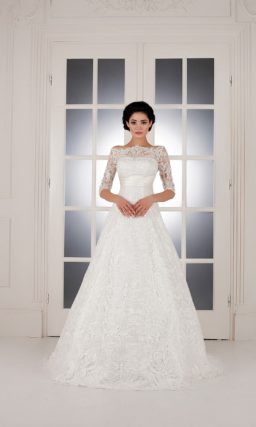 Свадебное платье «трапеция» с фигурным декольте, дополненным кружевными рукавами.