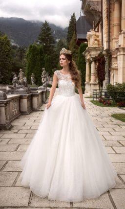 Романтичное свадебное платье с невероятно воздушной юбкой и кружевным декором верха.