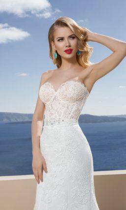 Свадебное платье с кружевным корсетом с лифом в форме сердца и облегающей юбкой.