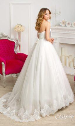 Деликатное свадебное платье с открытым корсетом и лифом в форме сердца, украшенное драпировками.