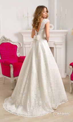 Лаконичное свадебное платье с вырезом на спинке и округлым вырезом под горло.