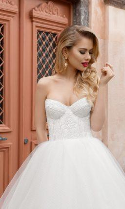 Изящное свадебное платье с воздушной многослойной юбкой и кружевным открытым корсетом.