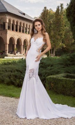 Свадебное платье силуэта «русалка» с полупрозрачным декором подола и открытой спинкой.